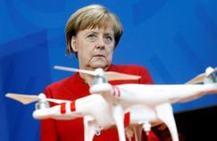La chancelière allemande Angela Merkel devant une maquette de drône, le 28 septembre à Berlin.