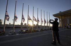 Un Israélien prend en photo un portrait de l'ancien président du pays, Shimon Peres, vendredi matin devant la Knesset, le Parlement israélien.