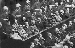 Les vingt-et-un accusés présents dans le box lors du procès de Nuremberg, qui se déroule du 20 novembre 1945 au 1er octobre 1946.