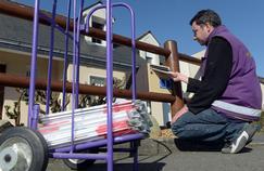 Un employé d'Adrexo distribue des prospectus publicitaires dans les boîtes aux lettres. La société emploie 18.000 collaborateurs pour ce travail quotidien.
