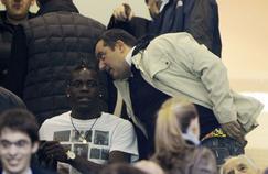 Mario Balotelli et Mino Raiola (à droite), ici en 2010 dans les tribunes de San Siro.