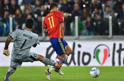 Gigi Buffon rate complètement sa sortie face à l'attaquant espagnol Vitolo.