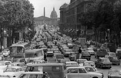 Embouteillages rue Royale à Paris à la fin des années 60.