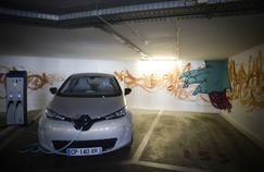 Une Renault Zoé en charge dans un parking à Lisbonne (Patricia Melo Moreira/AFP)