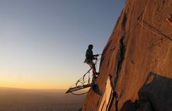 Perché à plus de 1.000 mètres d'altitude, Guillaume Avrisani installe les portaledges sur lesquelles ont dormi les journalistes.