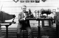 Thomas Edison construit son premier phonographe dans son laboratoire de Menlo Park en Californie, en décembre 1877. Une invention qui révolutionne l'enregistrement du son.
