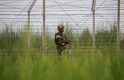 Les limites dessinées entre la Chine, l'Inde, le Pakistan par les topographes britanniques sont parmi les zones les plus tendues de la planète. (Ici, un soldat indien patrouille dans la zone frontalière indo-pakistanaise, près du poste frontière de Gakhrial.)