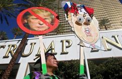 Plusieurs dizaines de manifestants du Culinary Workers Union ont défilé mercredi devant le Trump Hotel.