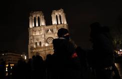 Des fonctionnaires de police en colère rassemblés devant la cathédrale Notre-Dame, le 21 octobre.