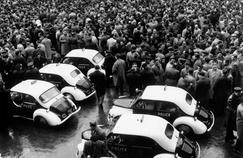 Les policiers manifestent à la préfecture de police de Paris le 13 mars 1958 avant de se diriger vers le Palais-Bourbon.