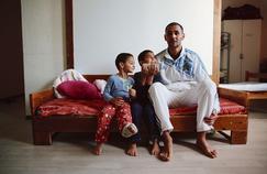 Un père et ses deux fils au centre d'accueil des demandeurs d'asile de Lagrasse, jeudi.
