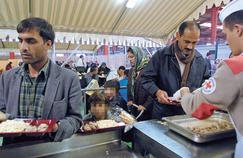 Distribution de repas au centre de Sangatte géré par la Croix-Rouge, près de Calais en 2002.