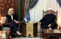 Marine Le Pen au côté de l'imam de la mosquée al-Azhar, Ahmed el-Tayeb, lors de son voyage en Égypte en 2015.