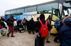 Les premiers migrants ont quitté la «jungle» de Calais lundi.