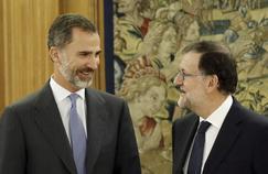 Le roi Felipe IV (à gauche) a chargé Mariano Rajoy (à droite) de former un nouveau gouvernement.