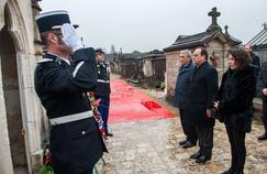 François Hollande, Gilbert Mitterrand et Mazarine Pingeot devant la tombe de François Mitterrand à Jarnac dans le Sud-Ouest, le 8 janvier 2016.