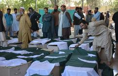 Des drapeaux pakistanais recouvrent les cercueils de quelques unes des 61 personnes tuées lors de l'attentat dans la nuit de lundi à mardi, près de Quetta.