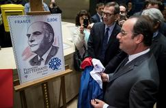 François Hollande dévoile, mercredi, au Louvre, la maquette du timbre qui célèbre le centième anniversaire de la naissance du président Mitterrand.
