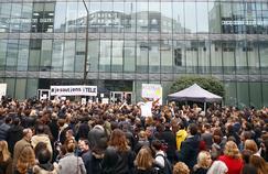 Les manifestants devant le siège social d'iTélé, à Paris, le 25 octobre.