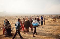 Des réfugiés aux alentours d'un check-point à Qayyara, à l'est de Mossoul.