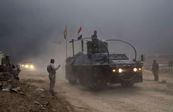 Un véhicule de l'armée irakienne passe un checkpoint, à Qayyarah, au sud de Mossoul.