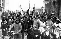 Scène de joie dans les rues de Vincennes à l'annonce de l'armistice en 1918.