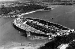 Vue sur l'usine marémotrice de la Rance en Bretagne en construction. Elle fut ouverte officiellement le 26 novembre 1966.