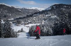 Session apprentissage pour ces skieurs qui savourent la beauté du paysage.