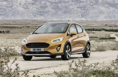 La silhouette de la nouvelle Fiesta ne traduit pas d'évolution stylistique significative par rapport à la version précédente. Notons que le capot et la grille de calandre adoptent un design plus simple.