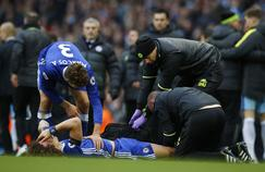 David Luiz au sol après le dangereux tacle d'Agüero.