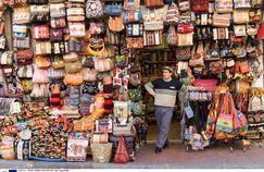 Un commerçant attend les clients dans les allées du Grand Bazar d'istanbul.