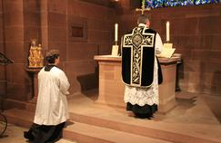 Messe dans la crypte de la cathédrale Notre-Dame de Strasbourg.  Crédits Photo: Wikicommons.