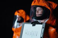 La linguiste Louise Banks (Amy Adams) va tenter de savoir ce que veulent les étranges envahissseurs.
