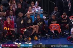 LeBron James et ses coéquipiers s'essayent au «Water Bottle Challenge» en plein match.