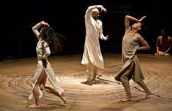 Akram Khan (au centre) dans Until the Lions.