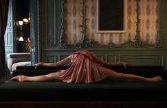 Marie-Agnès Gillot dans une robe en soie rose poudré et rubans de gros-grain - Fendi.