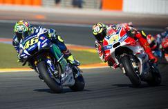 La Yamaha de Valentino Rossi devant la Ducati d'Andrea Iannone au Grand Prix de Valence 2016.