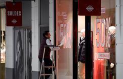 Vitrine de commerces à Talange, dans l'est de la France, lors du coup d'envoi des soldes dans la région le 2 janvier 2017, neuf jours avant le démarrage national prévu le 11 janvier 2017.