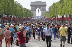 Piétons et cyclistes ont pris possession des Champs-Élysées, au cours d'une journée sans voiture au printemps 2016.