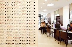 Le futur géant de l'optique Essilor Luxottica, proposera à terme à la fois des verres correcteurs, des montures et des lunettes de soleil. Du travail en moins pourles concurrents commepour les opticiens.