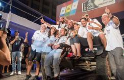 Philippe Croizon et toute son équipe à l'arrivée du Dakar.