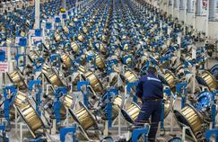 Un ouvrier de l'usine Michelin de Vannes travaille sur des bobines de fils d'acier qui seront transformés en câbles pour pneus poids lourds.