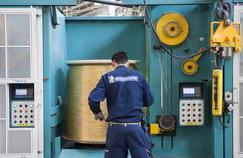 Les fils d'acier sont affinés, traités, tressés, pour être transformés en câble ou tringles prêts à l'assemblage.