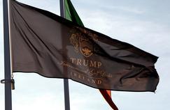 Le drapeau du complexe de golf détenu par Donald Trump à Doonbeg, en Irlande.