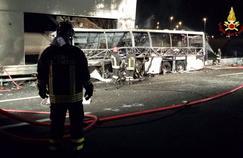 Les pompiers ont du fouiller la carcasse du car toute la nuit pour définir le nombre total de victime.