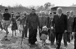 L'abbé Pierre inaugure les premières maisons édifiées au Plessis Trévise (Val-de-Marne) sous l'égide de l'association Emmaüs en présence de Maurice Lemaire, ministre de la Reconstruction et du Logement, le 30 avril 1954.