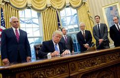 Donald Trump signe un ordre exécutif à la Maison blanche sous les yeux de son vice-président, Mike Pence.