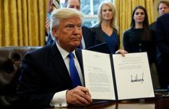Donald Trump signant l'acte de retrait des Etats-Unis du partenariat transpacifique (TPP), le 24 janvier 2017 à la Maison-Blanche.