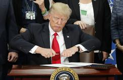 Le président américain Donald Trump signe un décret, le 25 janvier, dans le Bureau ovale.