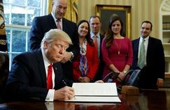 Le président américain Donald Trump signe un décret, le 3 février, dans le Bureau ovale.
